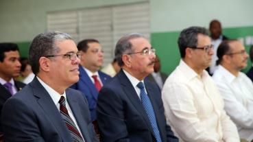 El Presidente Danilo Medina, los Ministros de Educación y Cultura, Carlos Amarante y José Antonio Rodríguez y el Presidente del Consejo de Administración de Refidomsa PDV, Félix Jiménez (Felucho).